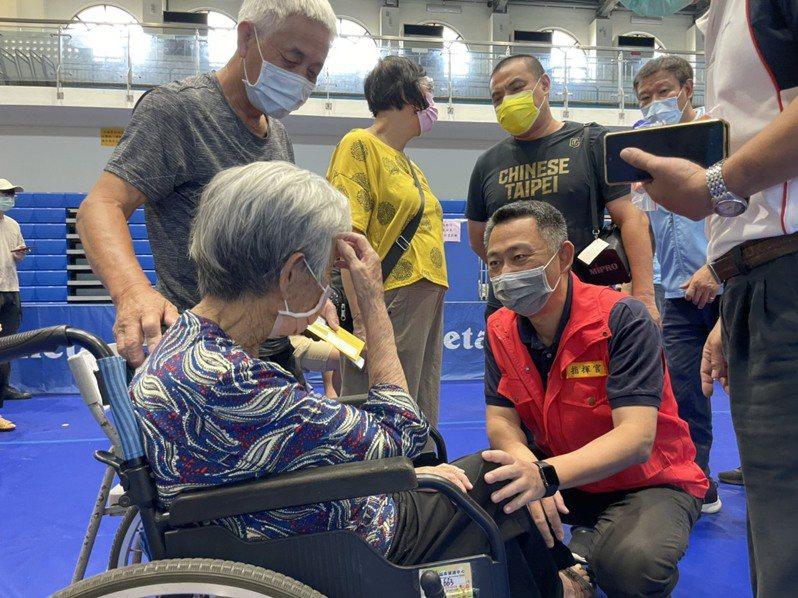 金門縣長楊鎮浯也到現場關心民眾接種疫苗的情況,並跟鄉親親切問候。 記者蔡家蓁/攝影