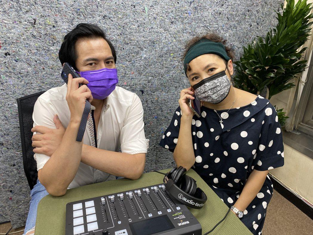馬國賢(左)和謝麗金在疫情期間工作,口罩戴緊緊不敢大意。圖/艾迪昇傳播提供