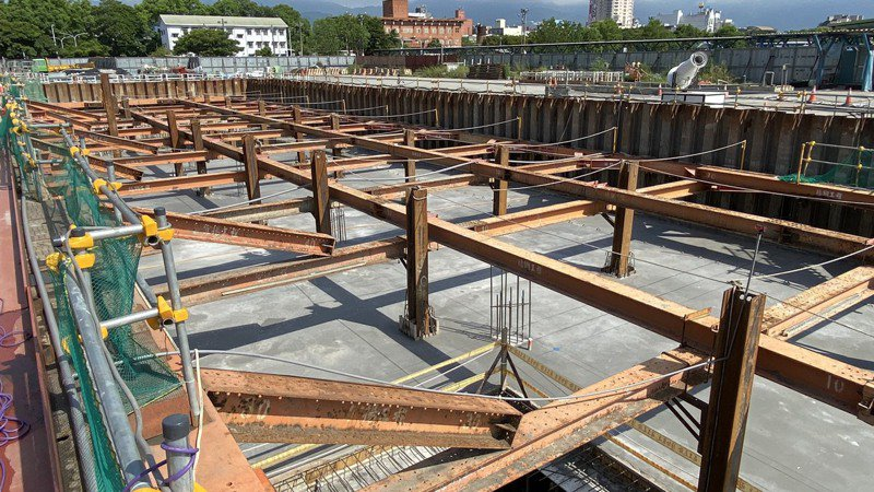 斥資4.8億元興建的宜蘭轉運站,目前已完成基礎結構,施工進度未受疫情影響,預計明年底完工啟用。圖/縣府提供
