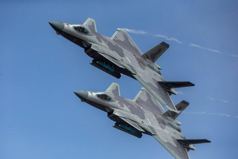 中共人民解放軍殲-20匿蹤戰機,攝於2018年。美國智庫蘭德公司指出,從大陸殲-20與殲-31戰機跟美國軍F-22與F-35驚人相似來看,大陸已無法自行刺激軍事創新。路透/Oriental Image