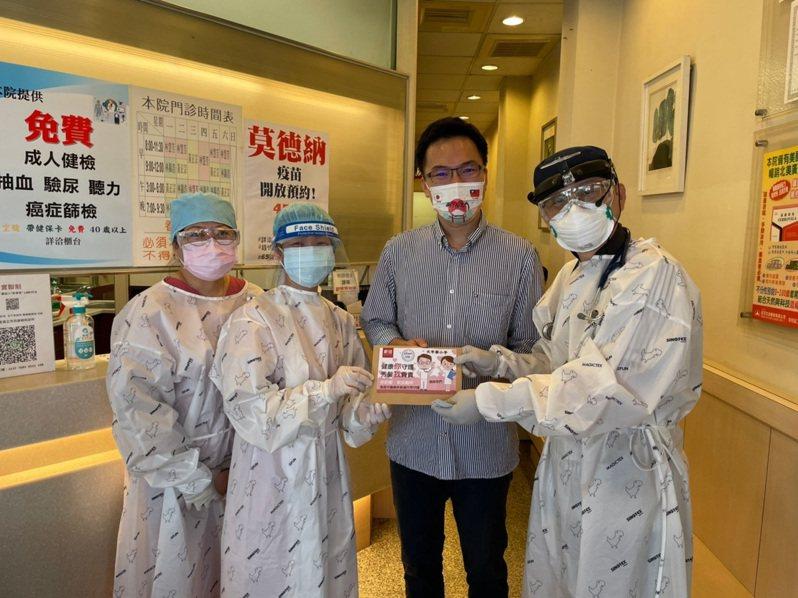 民進黨市議員林智鴻(右二)媒合新技髮型公司贈送2000張洗髮券。圖/林智鴻服務處提供