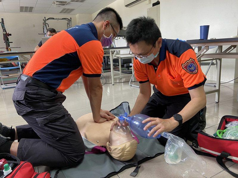 台南消防辦到院前無生命跡象講習會,強化救護技能訓練。圖/五大隊提供