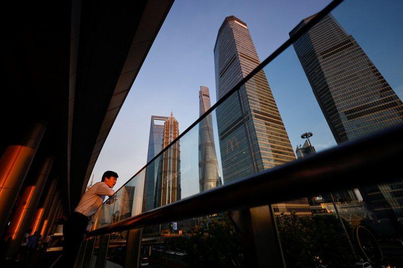 中國大陸15日公布,第2季國內生產毛額(GDP)比去年同期成長7.9%,與經濟學者預估的8%成長率大致相符。圖為陸家嘴金融貿易區。