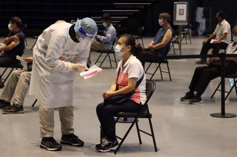 高雄各大疫苗接種站持續作業中,國民黨團呼籲市府要細心處理相關作業。圖/高市府提供