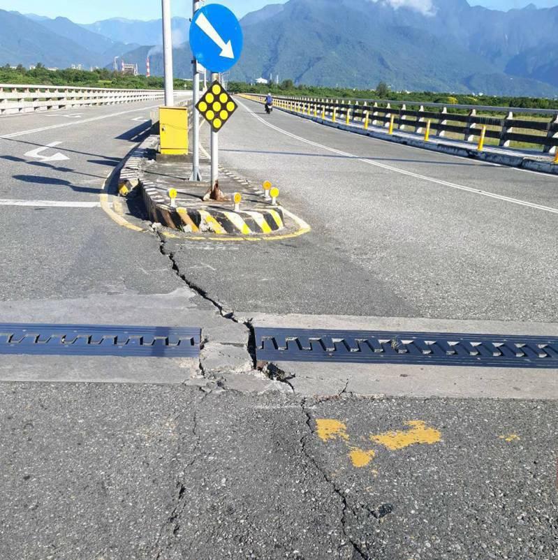 網路出現「花蓮大橋裂開了不要通行」訊息,公路總局澄清,省道、道路、橋梁、隧道都沒有災情,不過今明2天會針對花蓮大橋辦理安全特別檢測作業。圖/民眾提供