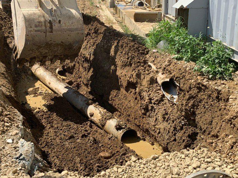 檢警開挖砂石場偷排廢水、汙泥的暗管。圖/桃檢提供