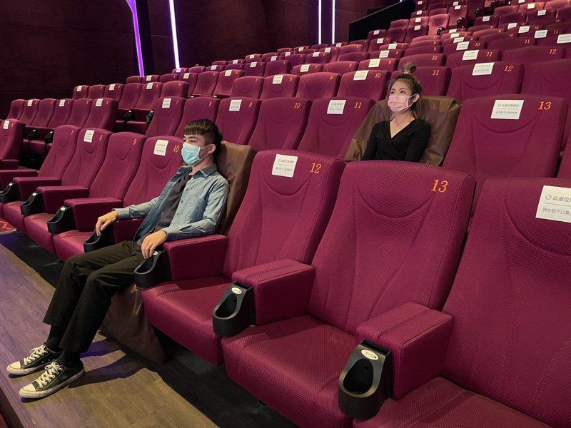 秀泰電影開演,須保持社交距離,座位採梅花座。記者蔡維斌/翻攝