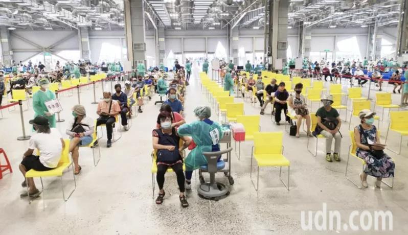 台北市在花博爭艷館啟動大型疫苗接種站。記者邱德祥/攝影