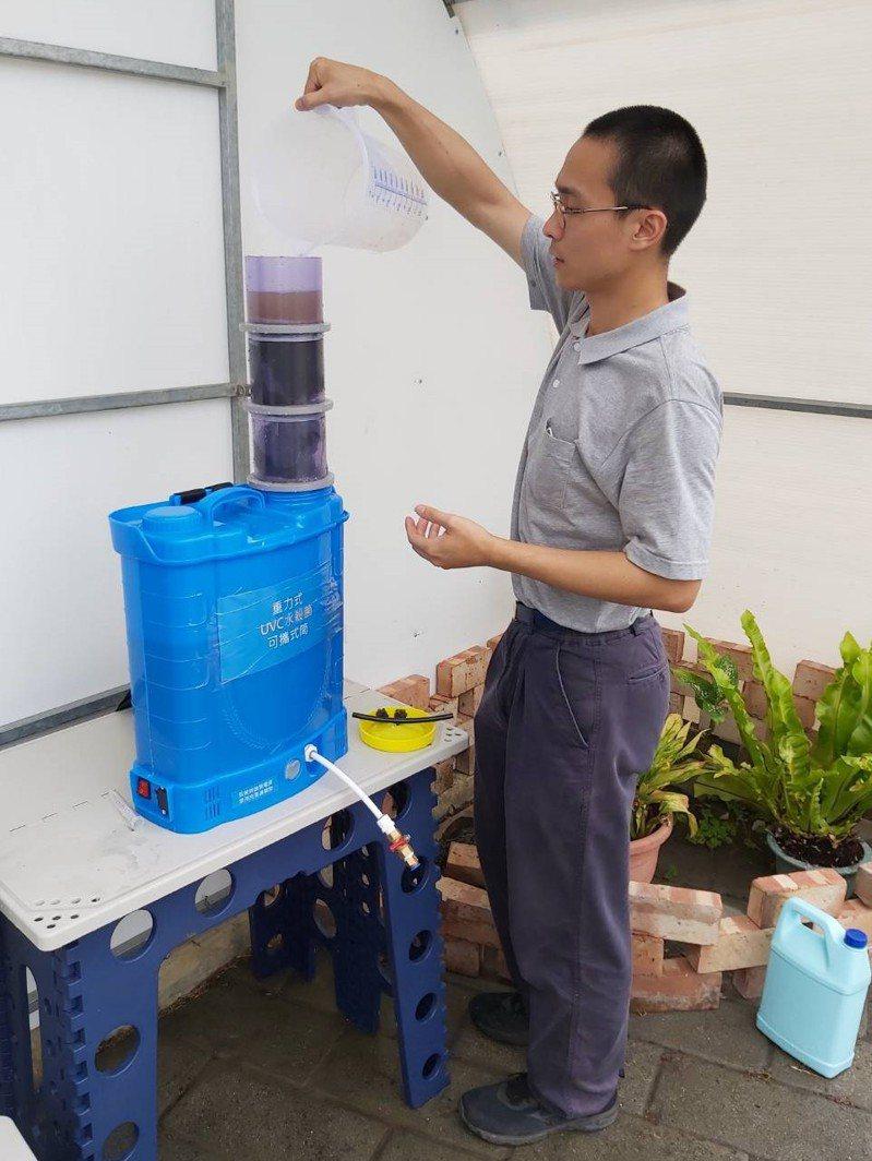 「可攜式UVC LED流動水模組」機動性高,方便志工肩上一背就可挺進災區供水,有利於電力不足、地形崎嶇的災區救災使用。工研院/提供
