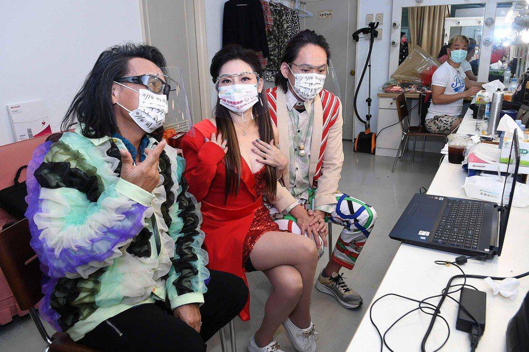 華視「黃金年代」主持群沈文程(左起)、王彩樺和黃鐙輝今進棚錄影。圖/華視提供