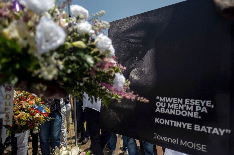海地民眾14日在總統府外獻花悼念遇刺身亡的摩依士總統,此事至今疑點重重,最新消息指總統官邸的的保安主管已被警察羈押。路透