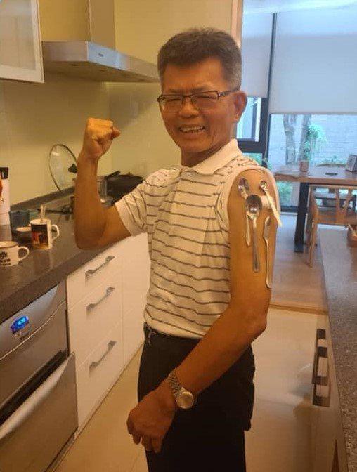 前高雄縣長楊秋興今天注射疫苗,實驗得知,手臂也可以吸住不鏽鋼餐具。圖/取自楊秋興臉書