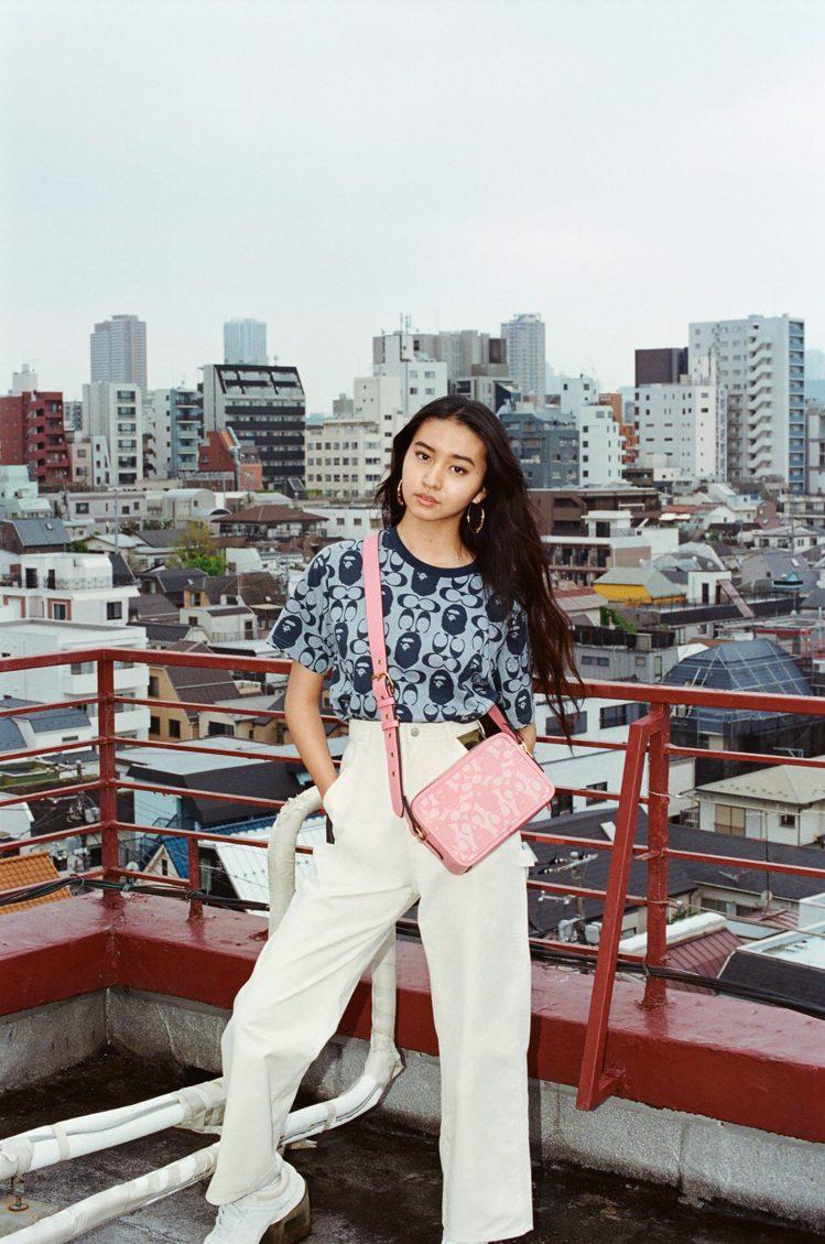 木村光希Koki詮釋Coach與BAPE®聯名系列上衣與包包。圖/Coach提供