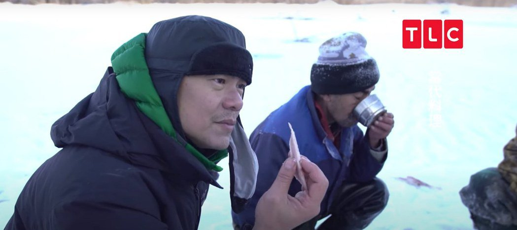 江振誠在俄羅斯河中釣起的淡水白鮭,與當地人一起做「凍魚」料理。圖/TLC旅遊生活