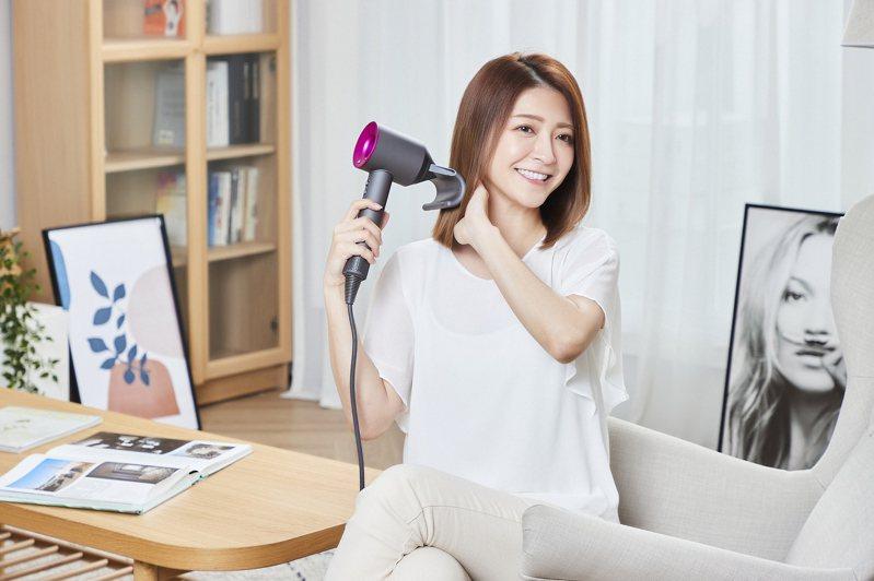 Dyson Supersonic發表全新抗毛躁吹嘴,利用「康達效應」取代高溫達到「氣流順髮」,一次性撫平高達62%毛躁髮絲。圖/Dyson提供