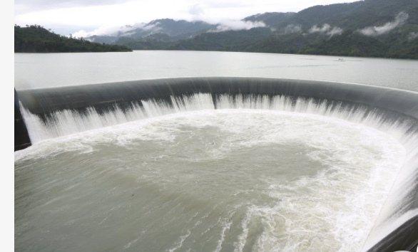 水庫估計今晚約9點至10點可能會滿水位、將自然溢流排入下游後堀溪,呼籲下游民眾注意安全。圖/本報資料照片