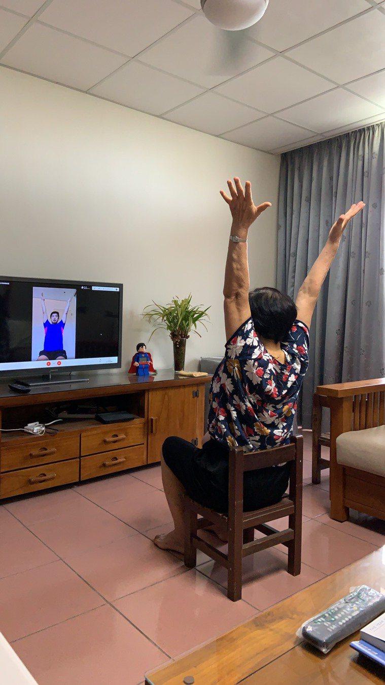 疫情後,長輩在家跟著物理治療師一起做運動。圖/WaCare遠距健康提供