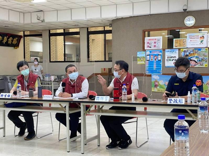 新北市長侯友宜(左二)多次到中和區疫情指揮中心參與防疫會疫。圖/中和區公所提供