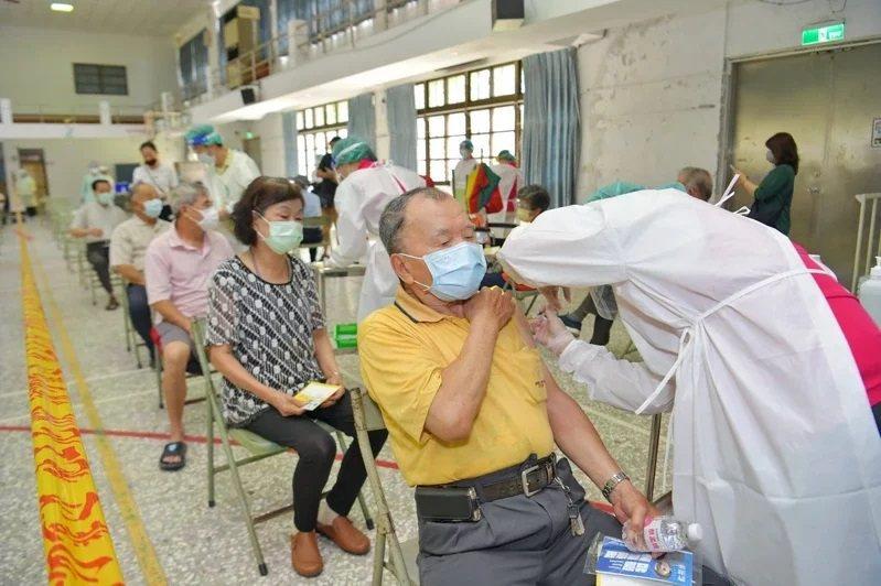 南投縣老人至大型接種站進行疫苗接種。圖/南投縣政府提供