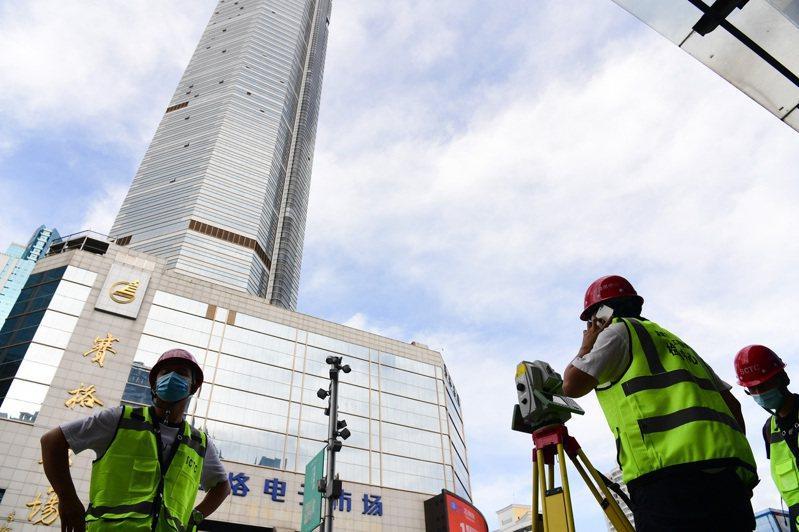 深圳賽格大廈5月中旬出現搖晃,引發外界關注,當地有關部門持續核查跟蹤檢測原因。圖為深圳市建設工程質量檢測中心工作人員對賽格大廈檢測。(中新社)