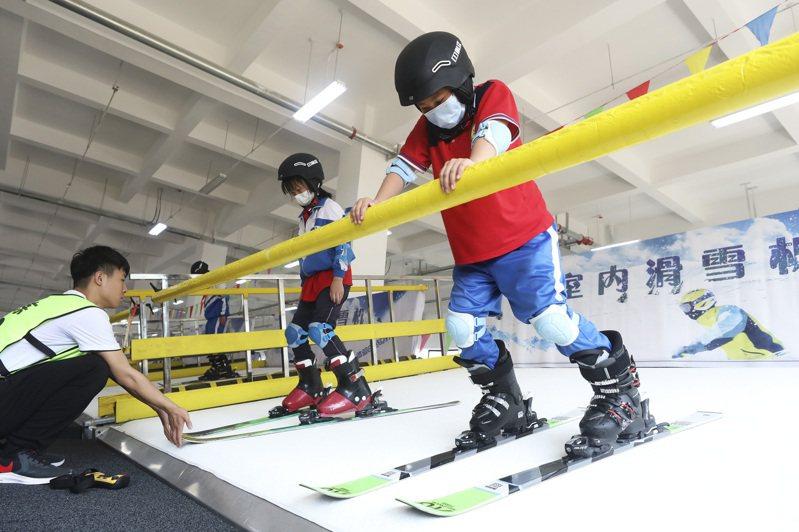 河北緊抓冬奧機遇,延伸冰雪產業鏈。圖為張家口高新區冰雪運動裝備產業園,學生在室內滑雪體驗區學習滑雪知識。(新華社)