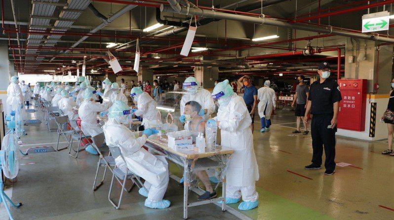 台北榮民總醫院出動70名醫療人員,今早清晨前往環南市場執行擴大採檢任務。圖/北榮提供