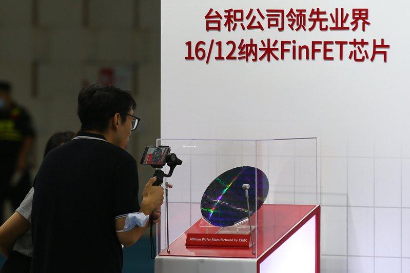 「2020世界半導體大會」去年在南京舉行,台積電、中芯國際、紫光、新思等逾百家企業參展,展示半導體行業最先進的技術和產品。(中新社資料照)