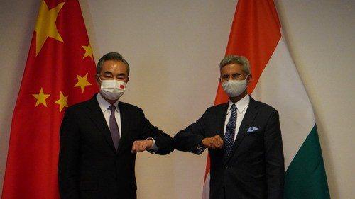 中印邊境近期又傳出增兵消息,大陸外長王毅(左)和印度外長蘇傑生十四日在塔吉克首都杜尚別舉行會談,討論邊境問題。圖/取自大陸外交部官網