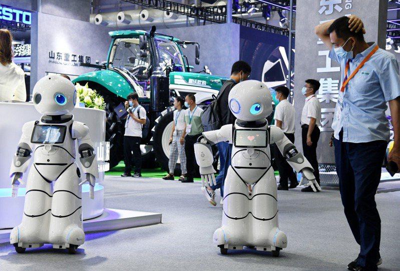「 2021新動能·青島展覽洽談會」15日舉行,圖為參觀者在洽談會線下主題展上與機器人互動。(新華社)