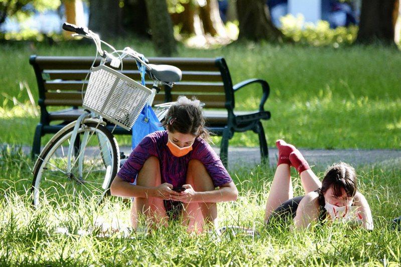 全台疫情三級警戒延長至廿六日,但公園步道、草皮、山區步道等部分場域微解封,開放使用,許多民眾昨趁好天氣到公園活動休憩。記者林伯東/攝影