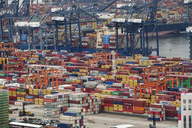 深圳鹽田港一名員工確診新冠病毒後,隨著疫情抬頭而逐步加強管控的港口幾近停擺。(法新社)