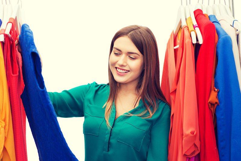 日本學者研究,發現體感溫度和穿衣的顏色、材質有關連性。圖片來源/ingimage