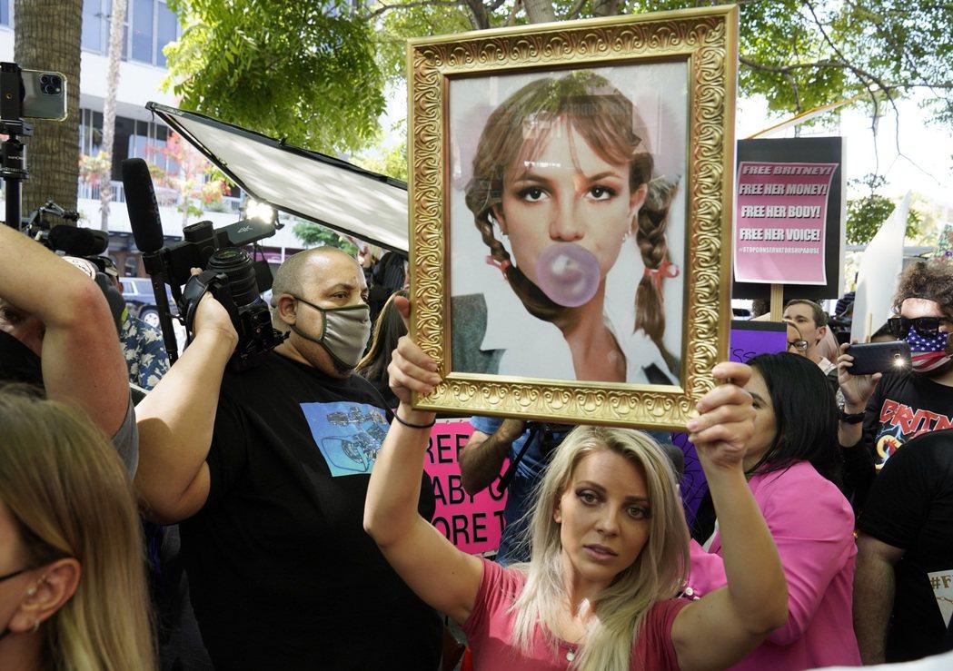 6月26日,歌手小甜甜布蘭妮(Britney Spears)透過視訊方式在洛杉磯...