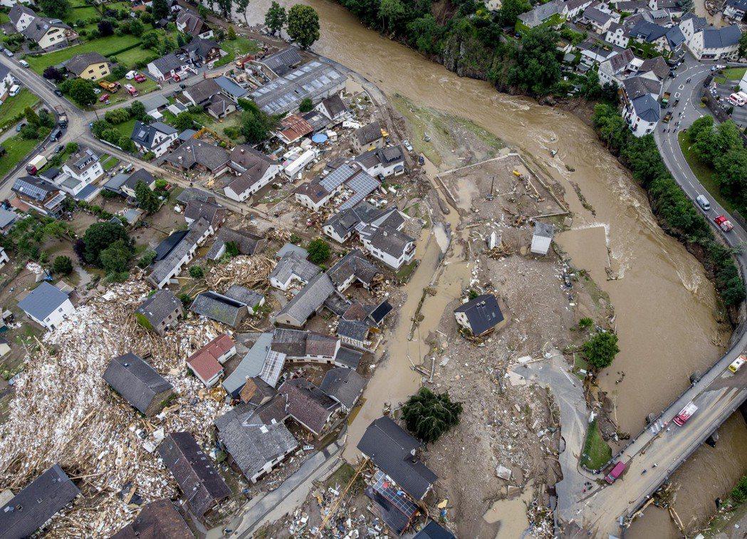 德國西部暴雨的威力,已在15日下午開始「稍微」放緩,但各地的延遲洪峰、湖泊蓄水站...