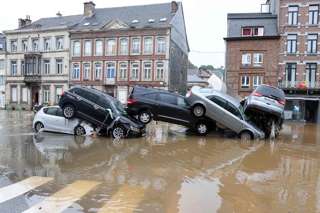 「洪水就突然潰堤衝進鎮上,大片民房被沖垮,行進中的人車就這樣在我們的眼前消失——...