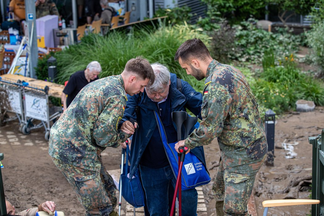 根據官方的說法,在各地災情之中,有許多中老年人被發現淹死在自家的地下室,各種生還...