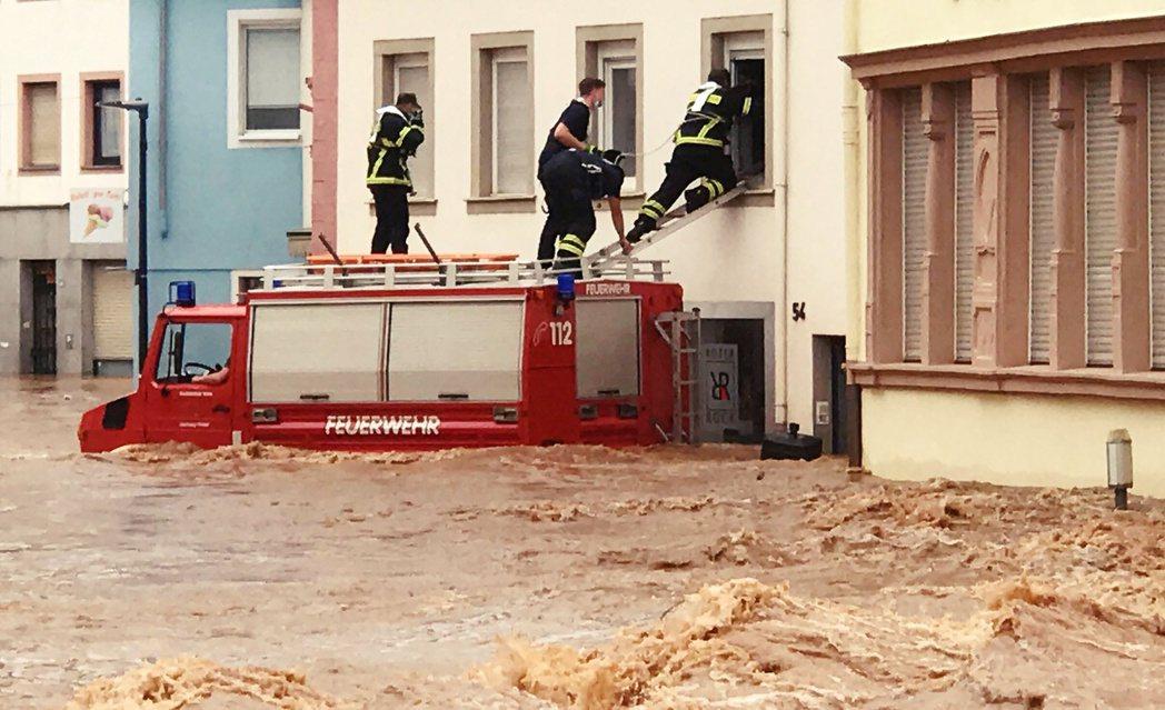 德國西部的萊茵河流域,自14日清晨開始,突遭低壓大暴雨突襲,短短24小時內就降下...