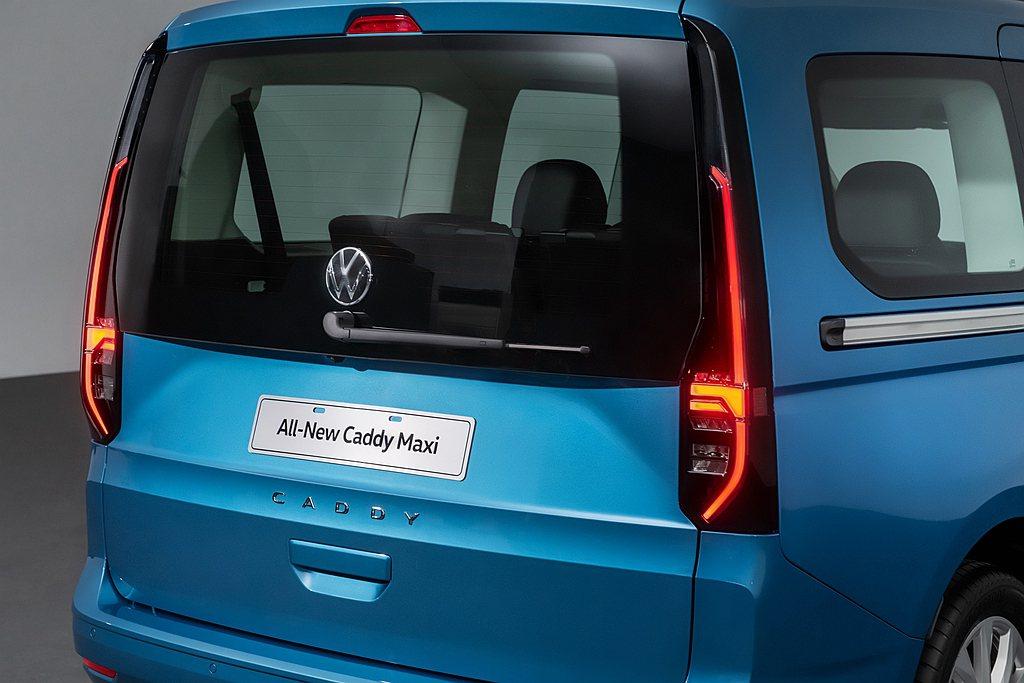 全新第五代福斯商旅Caddy Maxi車尾則以直立式LED高亮度尾燈(TDI L...