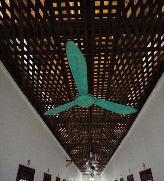 嘉義舊監獄(獄政博物館)舍房設置空中巡邏道 「貓道」。 圖/維基共享