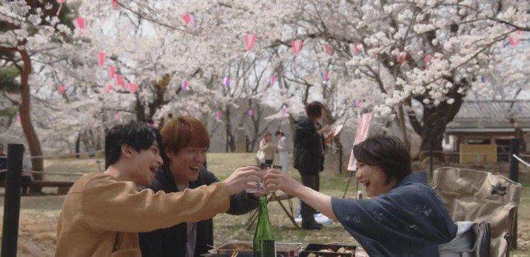在賞櫻的美好畫面中,夏川結衣暢談自己的50歲人生歷練。圖/截自TBS《打扮的戀愛...