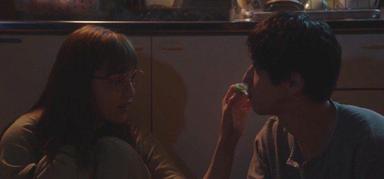 橫濱流星和川口春奈半夜坐在廚房地上吃著梅酒裡的梅子。圖/截自TBS《打扮的戀愛是...