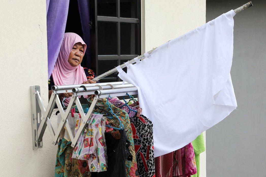 民間自主發起「白旗運動」,呼籲需要幫助的人高掛白旗。 圖/路透社