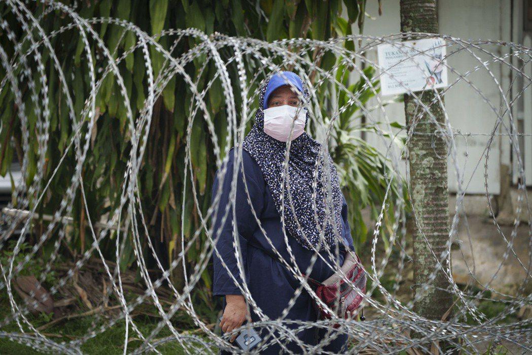 《經濟學人》近期發佈全球新冠肺炎復甦指數,台灣在全球50個國家或地區中排名倒數第二,馬來西亞則墊底。圖為吉隆坡因加強行動管制令而遭鐵絲網包圍的Segambut Dalam地區居民。 圖/美聯社