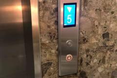 他怨朋友人在一樓等電梯上樓卻按「下」 眾人笑:邏輯沒錯啊