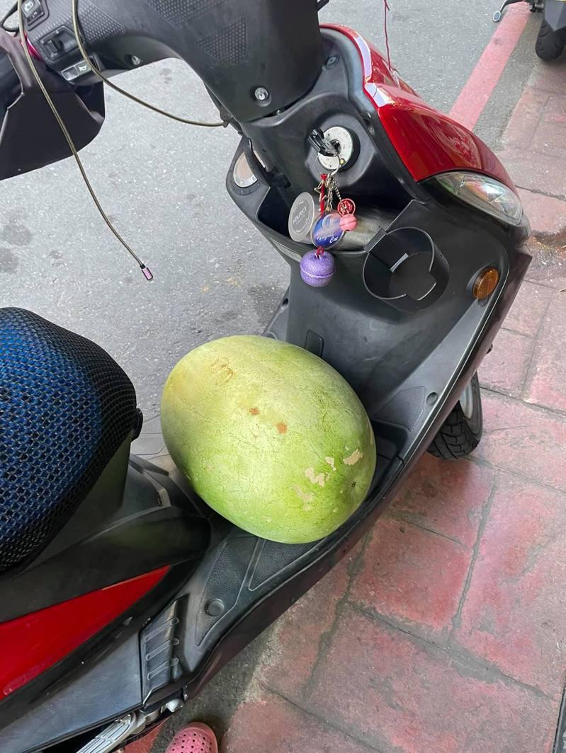 一名外送員接獲訂單,去取餐才發現「餐點」竟然是顆大西瓜。 圖/翻攝自「外送員的奇聞怪事」