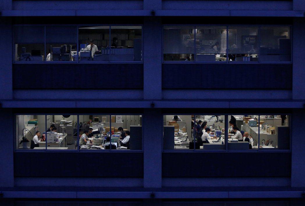 歐美各國在疫情期間實施了分流或居家上班約15個月後,許多人已經難以再回到過往制式...