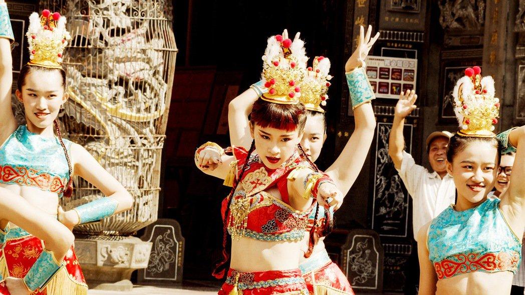 盧以恩在「神之鄉」中賣力熱舞,常常因此而磨破膝蓋。圖/東森、映畫提供