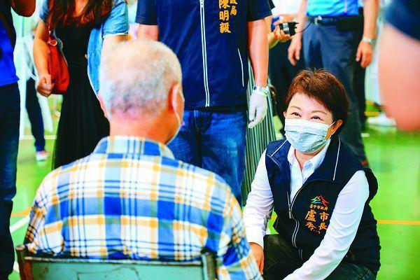 台中市長盧秀燕到東山高中疫苗快打站,視察長者施打疫苗的情況。