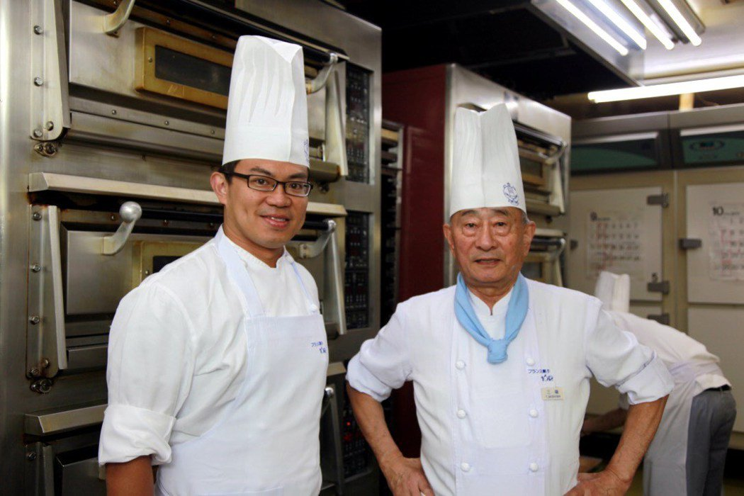 大提琴家陳世霖(左)32歲轉換生涯,投入三嶋隆夫門下學習甜點。圖/陳世霖提供