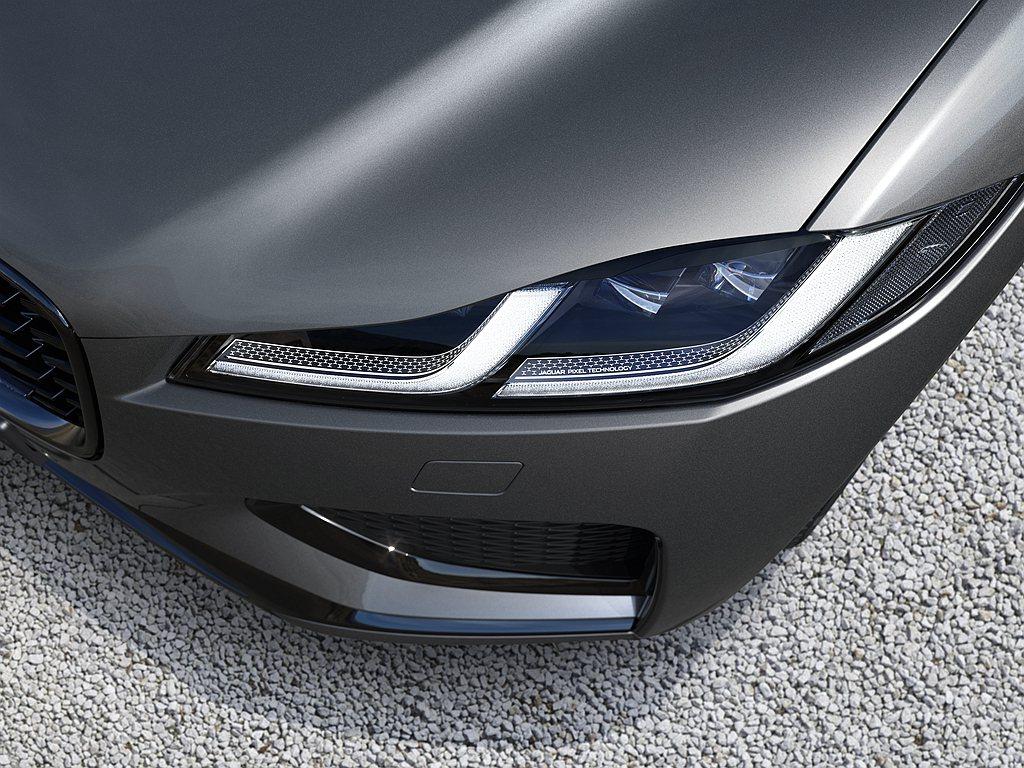 全新設計的Double J造型LED日間行車燈與全新狹長式尾燈,展現小改款Jag...